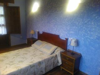 dormtorio matrimonial con terraza y baño.