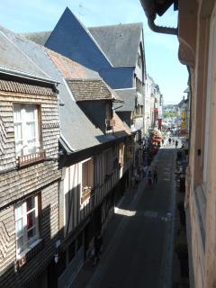 Vue d'une fenêtre sur la rue Haute. Au bout de cette rue, à 100m, le Vieux Bassin et la Lieutenance