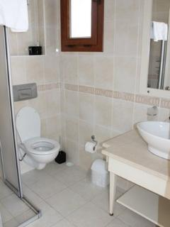 En-Suite bathroom to Master Bedroom.