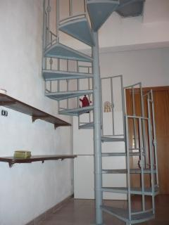 attenzione, per accedere al primo piano (3 camere ed 1 bagno) scala a chiocciola.