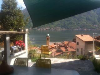 casale sulla cascata vista lago con giardino