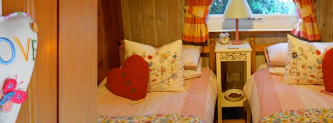 Country charm and vintage style quilts create a cosy twin room