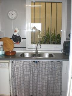 Cocina con ventana a patio interior