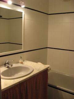 Cuarto de baño completo, con bañera y bidet