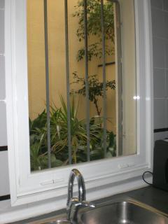 Vista al patio interior desde la cocina