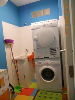 cuarto con lavadora secadora plancha...
