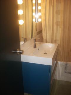 Cuarto de baño, bañera, bidé, armario WC y espejo luces LED y secador de pelo profesional.
