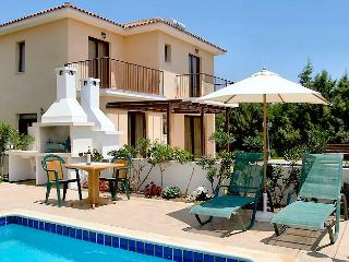 Reginas villa pool,garden,wifi,parking,2km fromsea, Oroklini
