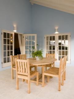 Outdoor dining area -Perfect for al fresco meals