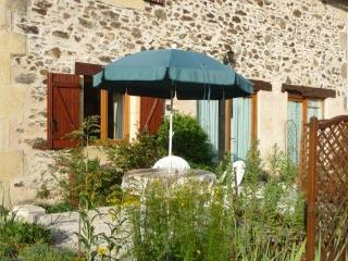 NOISETTE: relaxing stay for 2. Summer pool, historic sites, lake,chateaux,caves.