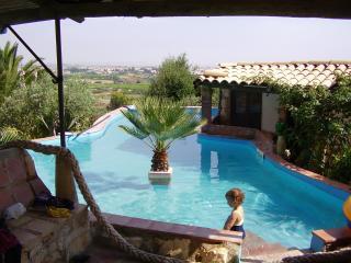 Casa Bilu  entouree d'un jardin, verande spacieuse