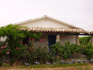 Casa Bilû  entourée d'un jardin, verande spacieuse, Menfi