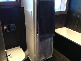 salle de bain avec bain,évier et toilette