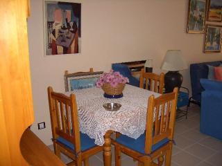 Comedor ubicado en la parte posterior del salón