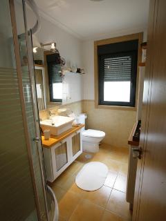 Baño con ducha,secadora de toallas,secador de pelo,planchas,articulos de higiene personal .