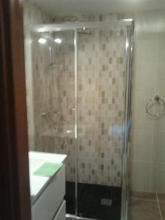 Baño nuevo con mampara de cristal y nuevo sanitario