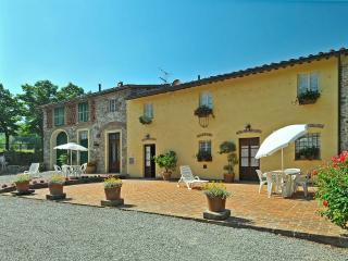 CASA BEPPE FOR 9 WITH POOL. 4 KM FROM LUCCA., Lucca
