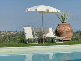 Country house 9 km to Florence, shared pool, sleeps 5 with wine tour