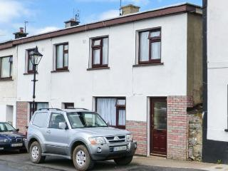 THE TOWNHOUSE, open fire, garden with furniture, views of river, Ref 913956