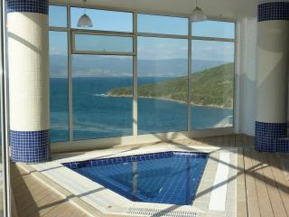 Indoor pool and jacuzzi - fantastic location - part of resort
