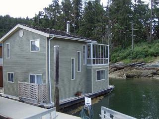 Arbutus Mist -2Bdrm Float Home at Maple Bay Marina, Duncan