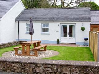 TY GLAS, semi-detached cottage, all ground floor, en-suite, garden, near Narberth, Ref 30543