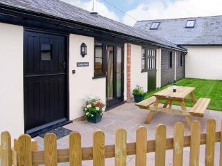 ROWDENS BARN, pet-friendly, single-storey, woodburner, games room, Blandford Forum Ref 905898