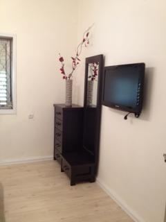 32' TV with cabels and DVD