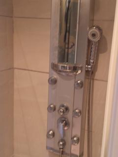 Panel de ducha con distintas opciones de baño