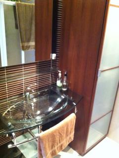 Lavabo moderno en baño recientemente reformado
