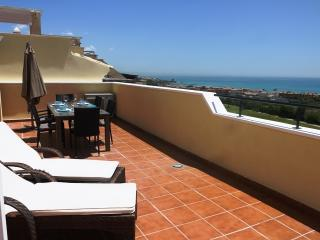 Front Line Golf Penthouse - Stunning Sea Views, Manilva