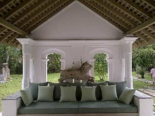 Very comfortable sitting/ lounging daybed.