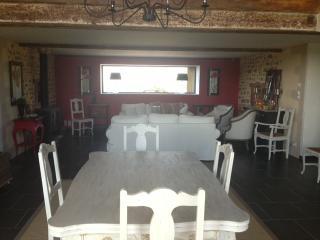 Salle petits dejeuners et salon coin cheminee à disposition des voyageurs