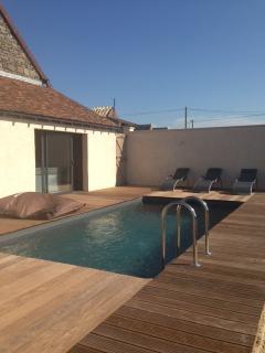 véritable piscine enterrée avec plages bois , chauffée en saison