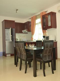 Salle à manger et cuisine tout équipé à Residence Coin De Mire