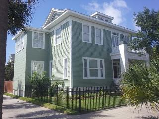 Sleeps 4- 14, Close to Pleasure Pier, Beach, Restaurants, Galveston
