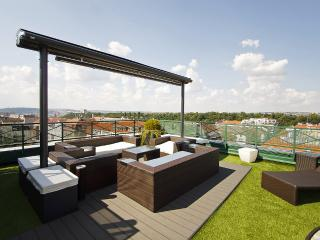 Luxury Penthouse with a Rooftop Jacuzzi, Praga