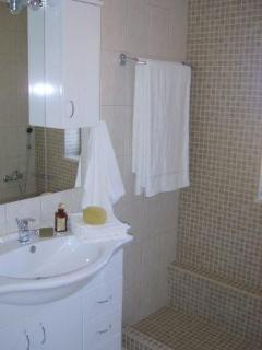 Fresh, modern bathrooms, plenty of storeage for cosmetics & lotions and BIG white fluffy towels!