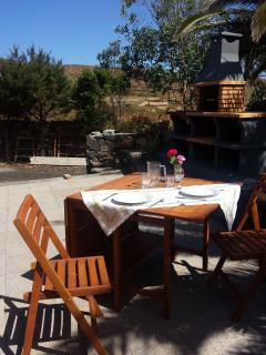 Finca La Casamera, jardín con barbacoa