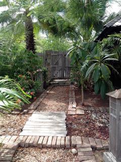 entrée de la villa et jardin tropical