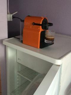 Bouilloire, four à micro-ondes, frigidaire, gazinière et machine nespresso