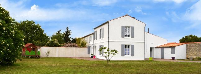 Pelouse et maison Gîte classé 2 étoiles, entièrement rénové en 2014