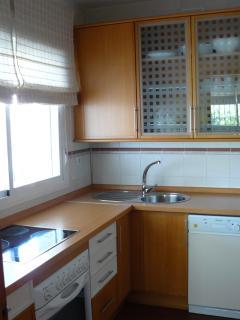 Cocina independiente equipada con lavadora y lavavajillas
