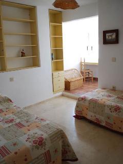 Dormitorio (2 camas individuales) con vista al mar