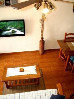 Vista del salón desde la escalera. El ventilador de techo refresca el ambiente.