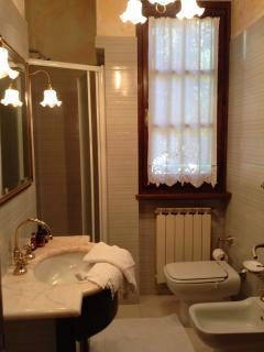 bagno suite 'rosa' con finestra sul giardino