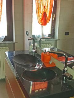 il doppio lavello per potere giocare a chi si lava prima i denti