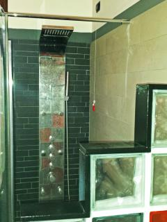 il bagno con la doccia con 4 getti diversi e tanto grande da poter lavarsi insieme a figli più picco