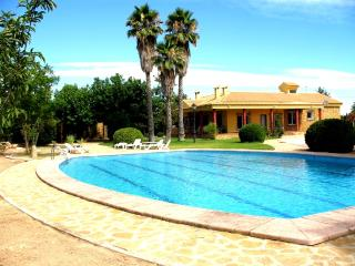 4 bedroom retreat large private garden and pool, Alicante
