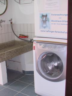 Gästewaschküche mit Waschmaschine und Trockner